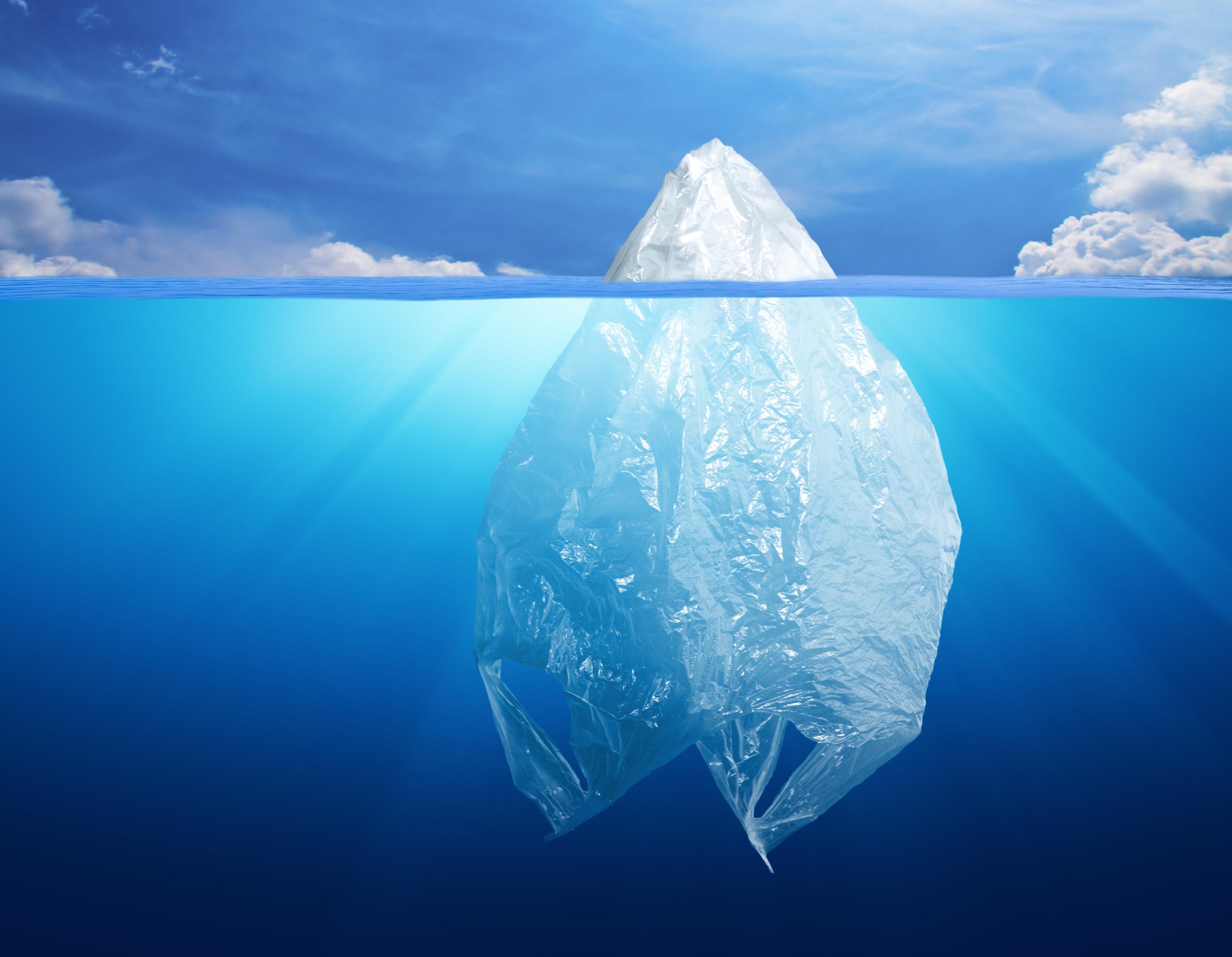Plastiktuete im Meer stellt schmelzenden Eisberg dar