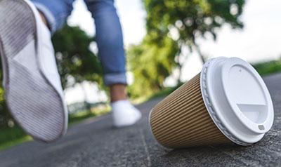 Umwelt - Müll entsorgen Einwegbecher wegwerfen